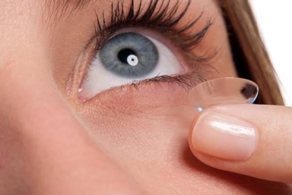 Pre nových používateľov môže byť vyhliadka vyberania kontaktných šošoviek  zastrašujúca. 610329baa36